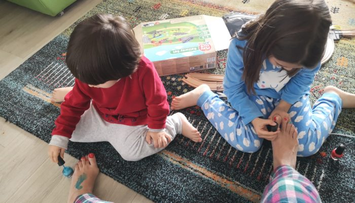 La vremuri grele, cărți și joacă